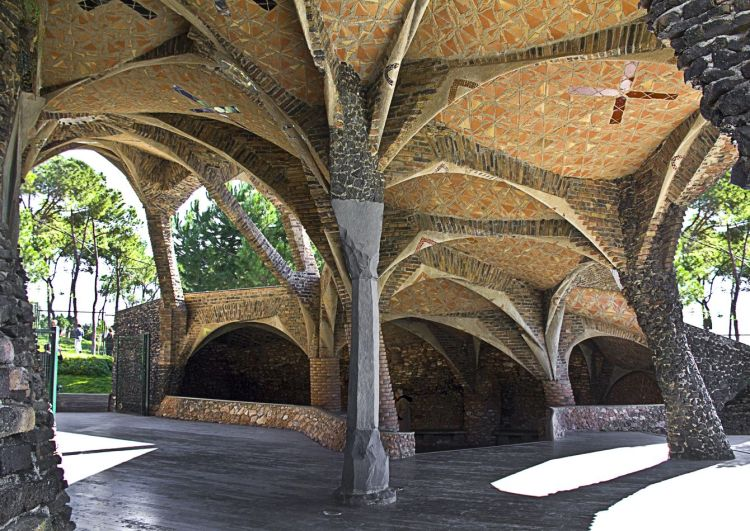 guell-crypt-outside-sitting-area